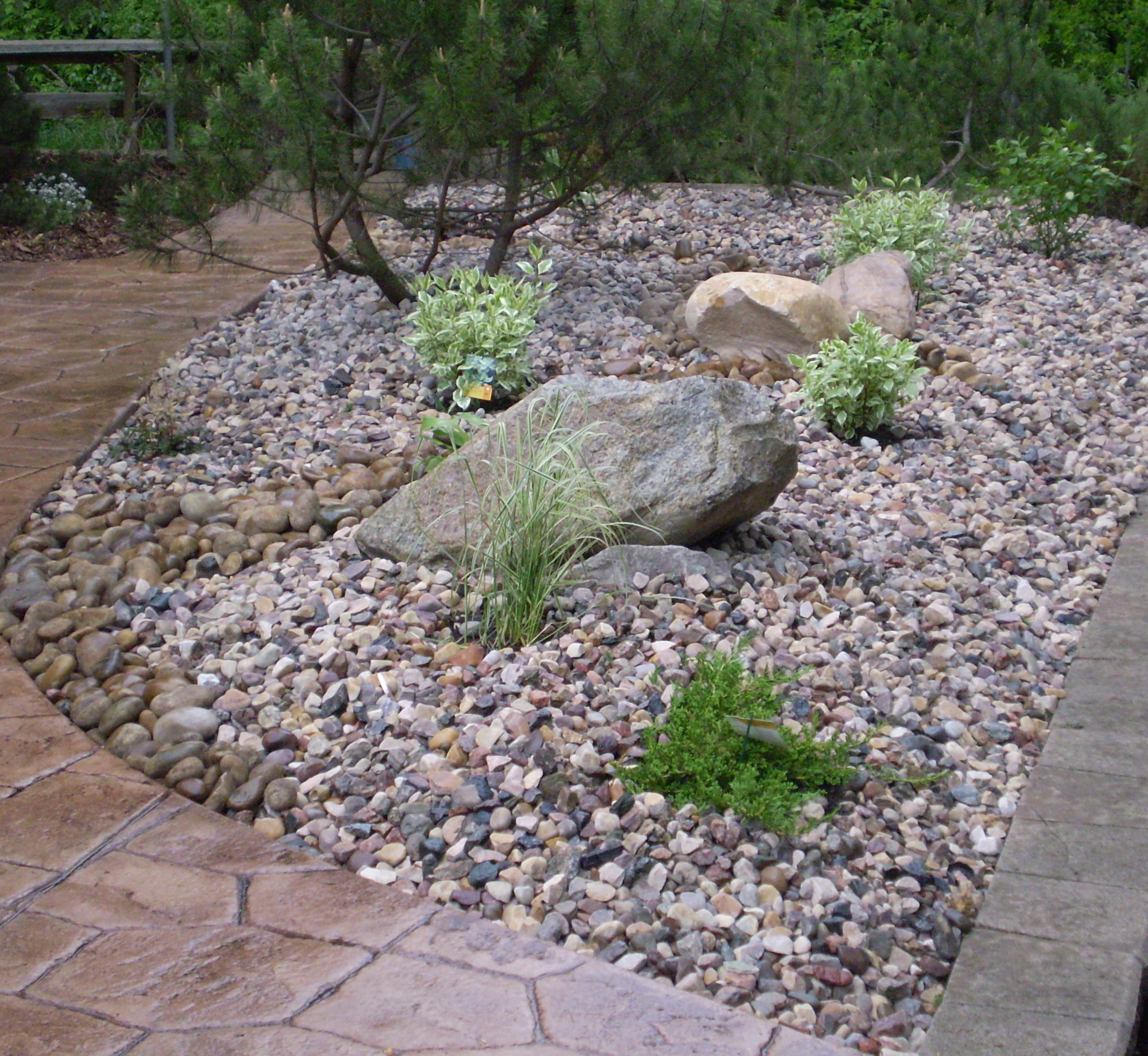 Boulders feature rocks bubblers whitemud landscaping for Garden designs with rocks